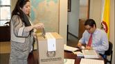 Ciudadana colombiana ejerciendo su derecho al voto en el Consulado de Colombia en Boston. Foto: Cancillería Colombiana.