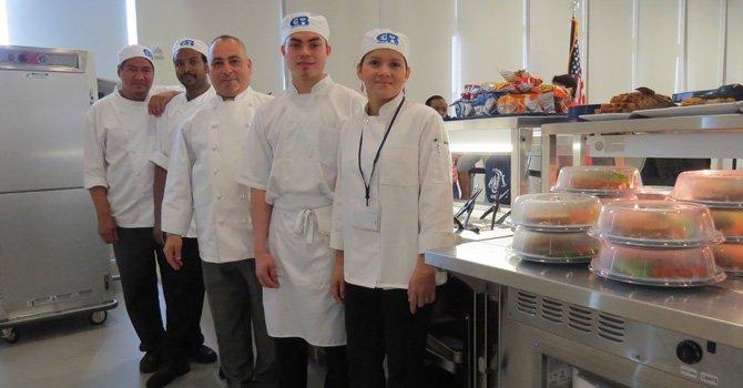 EMPEÑO. El chef Benjamín Velásquez (centro), de origen salvadoreño, dirige la Academia de Artes Culinarias de la Escuela Carlos Rosario.