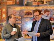 Rafael Ulloa de MásTV/El Planeta entrevistando a Steven Snyder, vicepresidente de desarrollo de EBNHC