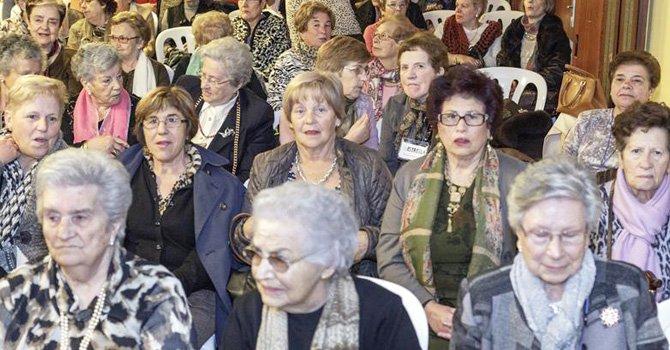 La obesidad, la mala alimentación y la falta de acceso a cuidado médico son algunos de los factores que afectan la salud de las personas mayores hispanas. Foto: EFE