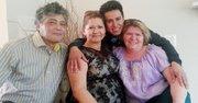 TÍOS. Wilber Bolaños abraza a sus tías, Rosa Bolaños (izq.) y Crista Bolaños-Lobo, con quien vive en Alexandria. Al extremo izq. su tío Florencio Lobo.