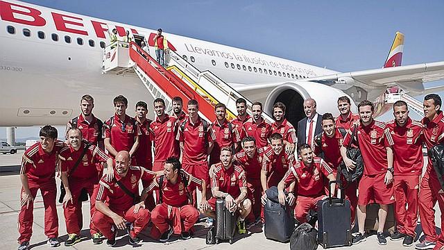 Los integrantes de la selección española de fútbol posan junto al avión que les lleva hoy lunes 2 de junio a Washington, donde disputarán el último partido amistoso ante El Salvador, antes de disputar la Copa del Mundo Brasil 2014.