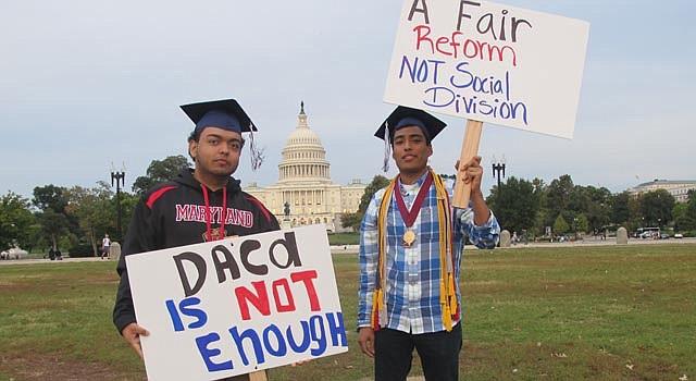 Jóvenes beneficiarios del DACA esperan una reforma integral.