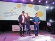 TRES. Lucas Leys (centro) ora por Jesus Adrián Romero (izq.) y Danilo Montero, dos de las voces más conocidas del ámbito cristiano latino.