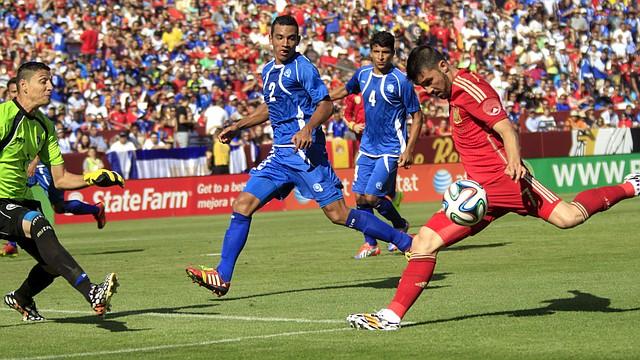 El delantero español David Villa (der.) conecta el balón ante la marca de los defensores salvadoreños en una acción del partido entre España y El Salvador en el FedEx Field de Landover, MD, el sábado 7 de junio de 2014.