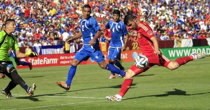 Doblete de Villa dio el triunfo a España ante El Salvador