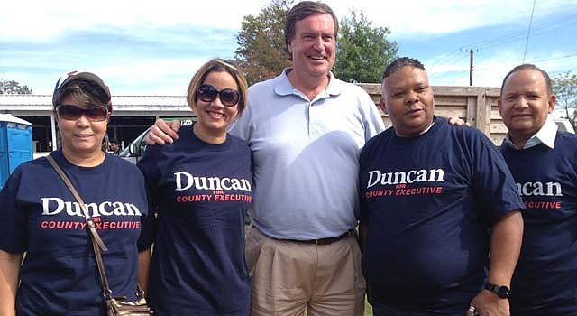 Doug Duncan con un grupo de latinos que lo apoyan en Montgomery.