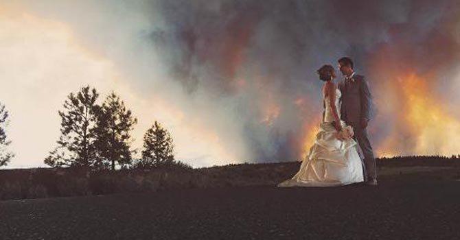 Novios se fotografían ante un incendio forestal