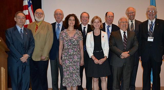 Miembros de la Academia Norteamericana de la Lengua Española posan el 7 de junio de 2014 en la Biblioteca del Congreso en Washington, DC, junto a los galardonados con el Premio Nacional Enrique Anderson Imbert a la labor de los hispanistas en Estados Unidos.