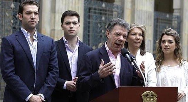 El presidente Juan Manuel Santos habla acompañado de su familia tras emitir su voto en Bogotá, Colombia, el domingo 15 de junio de 2014. Santos se proclamó el domingo vencedor en las elecciones presidenciales, según cifras oficiales. (AP foto/Javier Galeano)