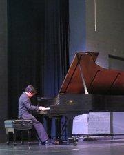 El prodigioso niño pianista Oscar Paz-Suaznabar en el acto de presentación de los becarios del Latino Student Fund, el lunes 9 de junio de 2014 en la Sidwell Friends School de Washington, DC.