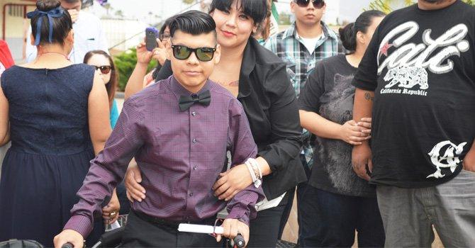 Muy contento, Jonathan, al lado de su madre, quien ha sido su gran apoyo en sus estudios.(Foto Horacio Rentería).