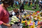 Hope Del Valle - con lágrimas en sus ojos - llegó al monumento de Tony Gwynn, en Petco Park, el 17 de junio y colocó un ramo de flores en el improvisado altar.