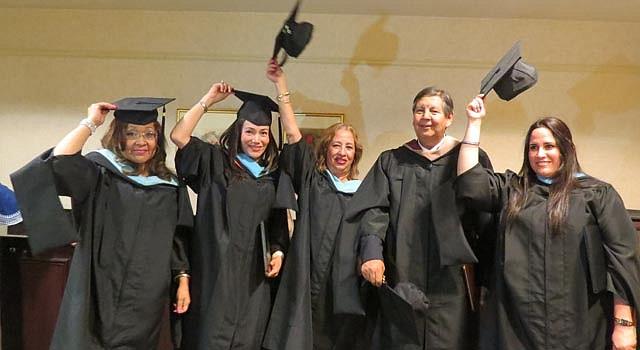 SUPERACIÓN. Un grupo de estudiantes recién graduados del Sistema Universitario Ana G. Méndez en Maryland se prepara a lanzar sus birretes al aire.