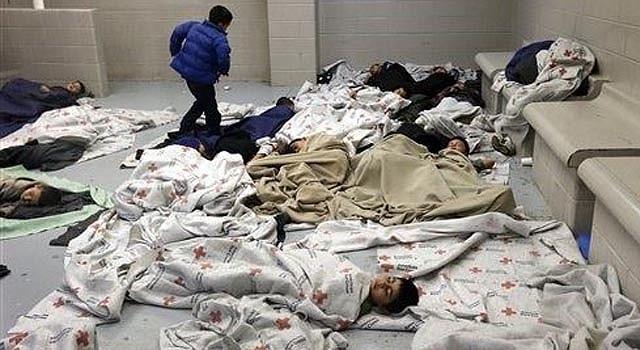 Menores inmigrantes duermen en un centro de la oficina de Aduanas y Protección Fronteriza, en Brownsville, Texas, el miércoles 18 de junio de 2014. (Foto AP/Eric Gay, Pool)