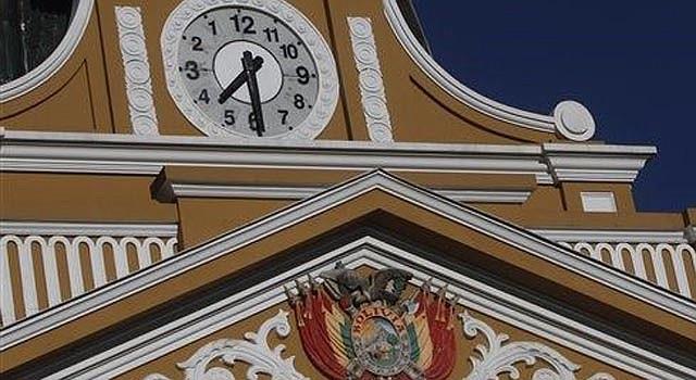 Las manecillas del reloj del palacio legislativo giran a la izquierda como símbolo de cambio y para recuperar la identidad de los pueblos del hemisferio sur, explicaron las autoridades en La Paz, Bolivia, el martes 24 de junio de 2014. Así lo dispusieron las autoridades desde el lunes 23 de junio de 2014. (AP Photo/Juan Karita)