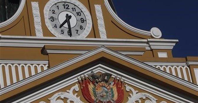 Reloj en Bolivia gira hacia la izquierda
