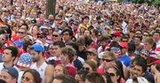 Una multitud se concentró en Dupont Circle, en Washington DC, para ver en pantalla gigante el partido del Mundial de Fútbol entre Alemania y EE.UU., el 26 de junio de 2014. Alemania ganó 1-0 pero EEUU pasó a octavos de final.