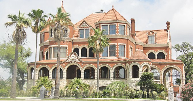 La mansión de los Moody, una residencia de cuatro pisos de 1895, está abierta a recorridos turísticos. Los Moody establecieron uno de los imperios financieros más importantes de la región debido a sus negocios en la industria del algodón, las instituciones financieras, los ranchos y los hoteles.