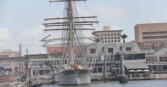Elissa es un velero que está anclado en la isla de Galveston. A pesar de que fue construido en 1877 todavía navega. Es uno de los tres barcos en su tipo que existen en el mundo y una vez al año sale a navegar por aguas del Golfo de México, pero solo unos cuantos pueden tener acceso a esa experiencia.