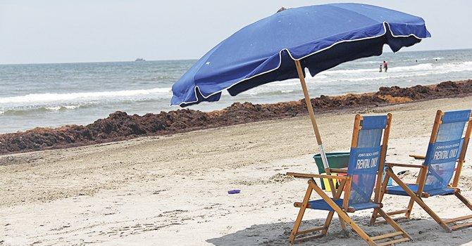 Ya sea para paseo familiar o romántico, la isla de Galveston ofrece esparcimiento para todos. Las personas pueden llevar sus canastas de comida y bebidas además de sillas y sombrillas pero además en el lugar se pueden alquilar en la playa.