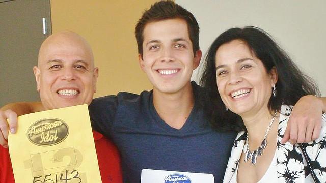 Luis Gamarra con sus padres al ganar su pase a American Idol.