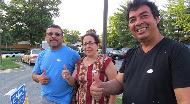 VOTANTES. De izq. a  der., los esposos José y Aura Medina, y Carlos Moradelo en un centro de votación de Wheaton, MD, el martes 24 de junio.