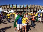 Guilherme Loguercio y su novia Raiene Gasparotto en las afueras del estadio Mineirao de Belo Horizonte, Brasil, antes del partido entre Brasil y Chile por los octavos de final del Mundial el sábado 28 de junio.