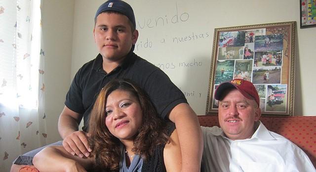 REUNIDOS. Brandon Terríquez, de 14 años, con su madre Trinidad Ramírez y su padre Julio César Terríquez. El adolescente cruzó la frontera pero enfrenta futuro incierto.