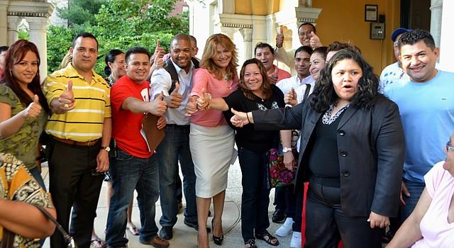 La salvadoreña Jackie Reyes Yanes (der.) cuenta con apoyo hispano para ser elegida al Caucus Latino del Distrito de Columbia.