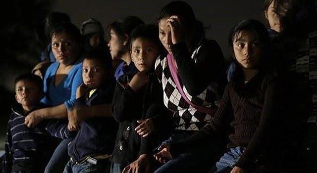 Un grupo de inmigrantes hondureños y salvadoreños que cruzaron sin permiso a Estados Unidos desde México son detenidos en Granjeno, Texas, el 24 de junio de 2014. La mayoría proviene de América Central y muchos son menores de edad. (AP Foto/Eric Gay)