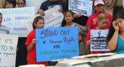 PRESIÓN. Familias participaron el lunes 7 de julio en una manifestación frente a la Casa Blanca en solidaridad con los niños migrantes.