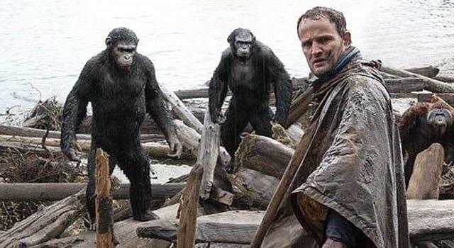 """Fotograma de la cinta """"Dawn of the Planet of the Apes"""" distribuida por la compañía Twentieth Century Fox en la que aparecen Jason Clarke (al frente) y los personajes Caesar, Koba y Maurice. (Foto de AP/Twentieth Century Fox Film Corporation)"""