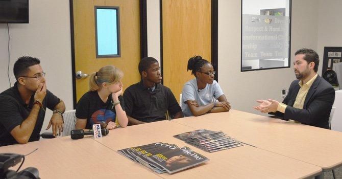 Los jóvenes universitarios participaron en un diálogo abierto con David López, director de Teach of América, Capítulo San Diego (de saco y camisa amarilla, en el frente de la mesa).