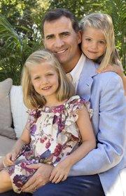 PADRE. Don Felipe con sus dos hijas, la princesa Leonor y la infanta Sofía.