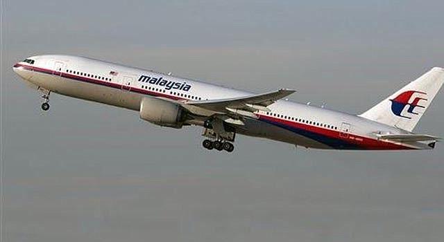 Foto de un Boeing 777 de Malaysia Airlines despegando del aeropuerto internacional de Los Ángeles, el 15 de noviembre de 2012. El avión, con número de cola 9M-MRD, es el mismo que iba de Ámsterdam a Kuala Lumpur el jueves 17 de julio de 2014 y que fue derribado cerca de la frontera entre Rusia y Ucrania, con 295 personas a bordo. (AP Photo/JoePriesAviation.net)