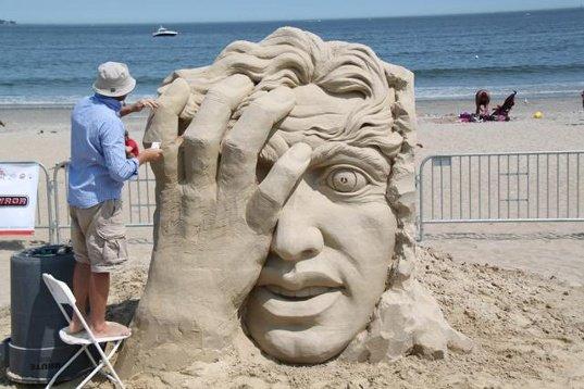 El ruso Pavel Milinkov es también ganador de esculturas hechas en arena y hielo.