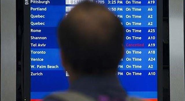 Un viajero observa el tablero de salidas el martes 22 de julio del 2014 en el Aeropuerto Internacional de Filadelfia. La Administración Federal de Aviación ha prohibido los vuelos de aerolíneas estadounidenses al aeropuerto de Tel Aviv durante 24 horas después que un cohete disparado por el grupo extremista Hamas desde Gaza cayó cerca de la instalación. (Foto AP/Matt Rourke)
