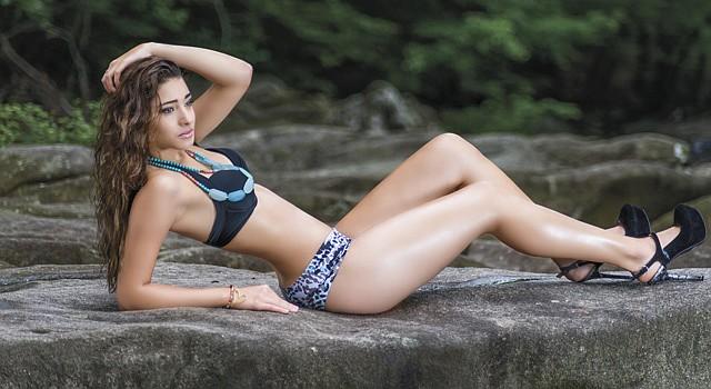 La modelo Gissell Botero luce un bikini de la diseñadora colombiana, residente en Fairfax, Virginia, Mayerly Rodríguez.