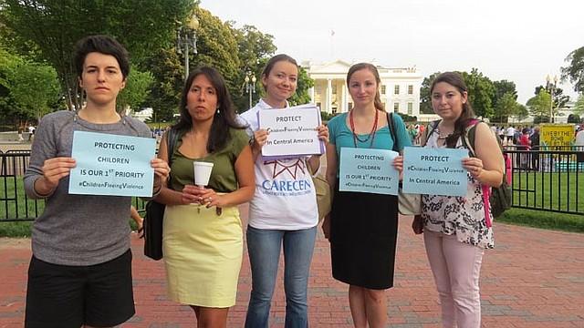 PERSISTENCIA. Un grupo de mujeres se unió el lunes 21 al clamor por ayuda a menores que cruzan solos.