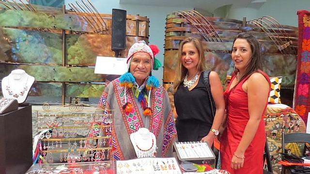 ARTESANÍAS. Katia Rivera y Amaya Fraile con un artesano en el Museo del Indígena en DC.