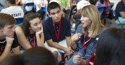 EJEMPLO. Elizabeth Oliver-Farrow, de The Oliver Group, habla con los estudiantes.