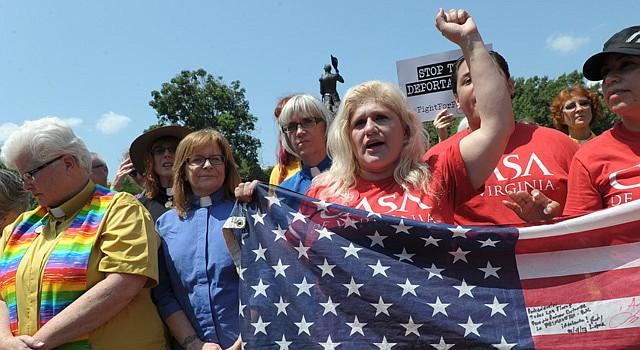Ivania Castillo, junto a un grupo de religiosas el 31 de julio de 2014, participó en una manifestación ante la Casa Blanca en Washington, DC, para pedir el fin de las deportaciones, el tratamiento humano a los niños migrantes y la reforma migratoria.