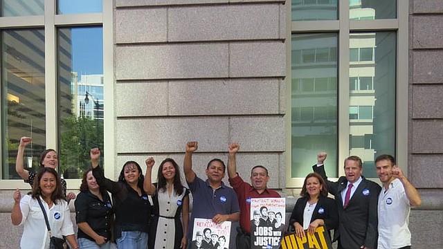 DERECHOS. Un grupo de trabajadores y dirigentes gremiales participaron en una manifestación el lunes 4 de agosto frente a la NLRB en DC.