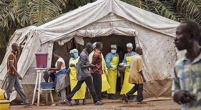 En fotografía del sábado 9 de agosto de 2014 se ve a trabajadores sanitarios haciendo análisis para descartar contagios de ébola antes de entrar al hospital gubernamental Kenema en Sierra Leona. (Foto de AP/Michael Duff)