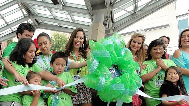 CONCIENCIA. Participantes cortan la cinta en el festival pasado. Se esperan miles de asistentes este domingo 7 de agosto en el Festival por la Vida para promover la donación de órganos y tejidos entre los latinos.