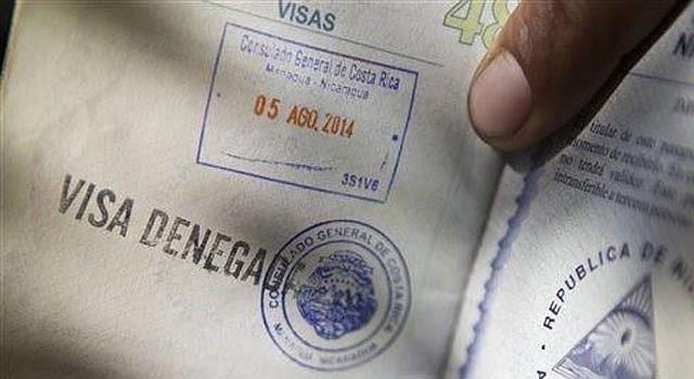 """En esta fotografía del 5 de agosto de 2014 un hombre muestra su pasaporte con un sello de """"visa denegada"""" afuera del consulado de Costa Rica en Managua, donde esperó formado por dos días. Cuando los nicaragüenses emigran, por lo general se quedan cerca de casa, migrando a la vecina Costa Rica, un país relativamente pacífico con una calidad de vida mucho más alta que la suya. (Foto AP/Esteban Félix)"""