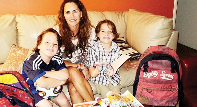 FAMILIA. Ana Rojas junto a sus hijos Valentín (izq.) y Cristóbal, en su casa de Bethesda, MD, preparando el regreso a clases.
