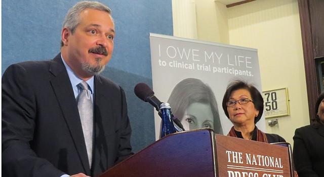 DC. El Dr. Carlos Cárdenas, de Texas, la Dra. Ho Tran (centro) y la sobreviviente de cáncer  Averl Anderson.