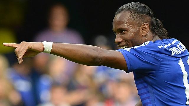 El jugador del Chelsea, Didier Drogba, realiza un gesto durante el partido ante el Leicester City en Stamford Bridge en Londres, el 23 de agosto de 2014.